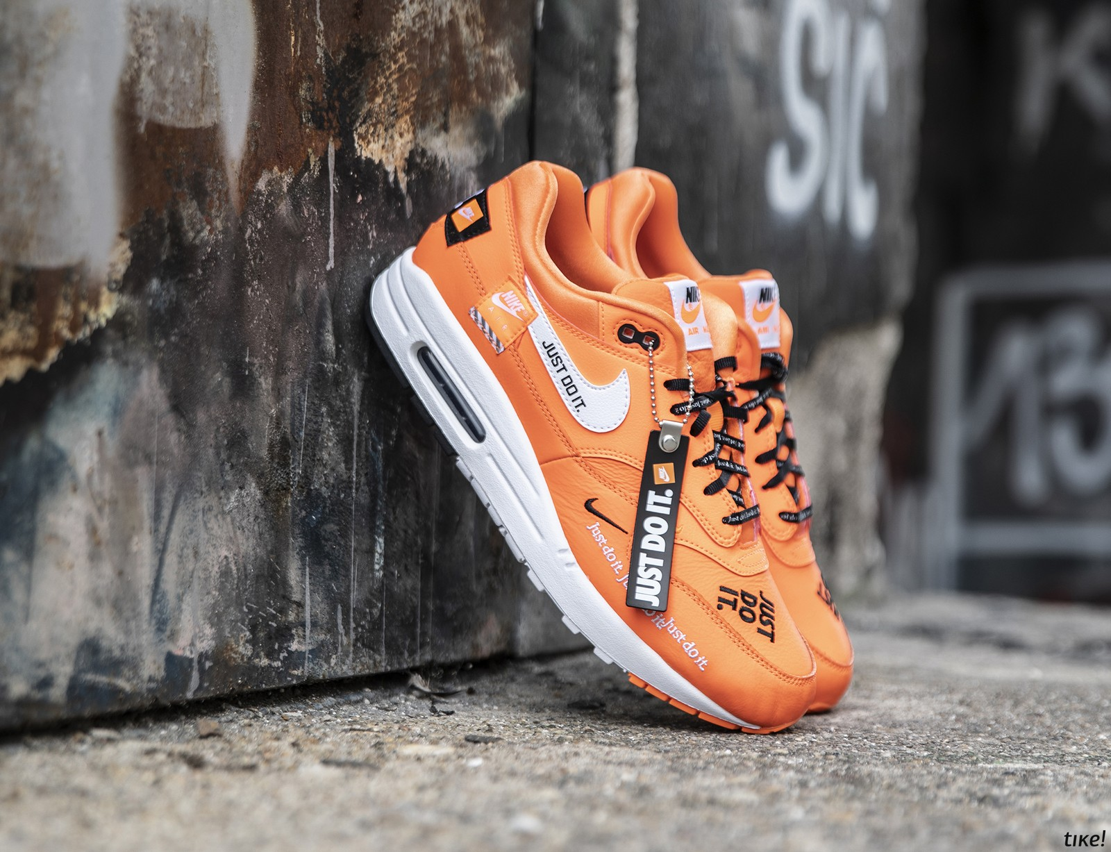 "651d05ba3ed02 Nike Air Max 1 ""Just Do It"" patike su perfektan izbor za leto za sve  devojke. Model u Pack White i Total Orange nijansama je dostupan instore i  online u ..."